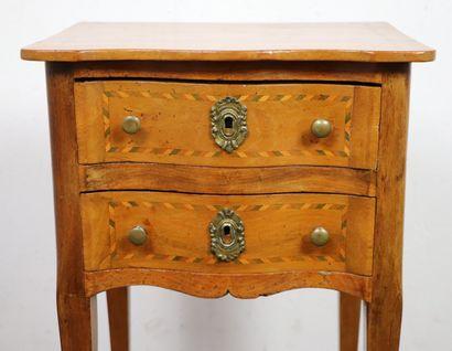 Table de chevet en bois naturel et marqueterie de galons bicolores.  Elle ouvre...