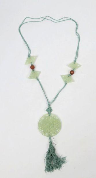 CHINE.  Collier orné de cinq plaques en jade céladon, dont une circulaire en pendentif...