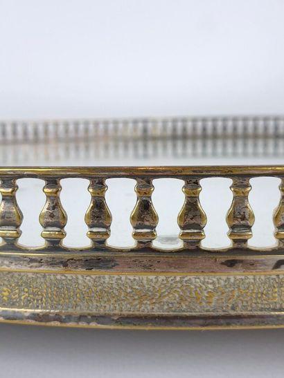 Surtout de table ovale en métal argenté à fond de glace à décor d'une frise de balustres...