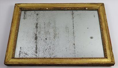 Petit miroir en bois et stuc doré Louis XVI...