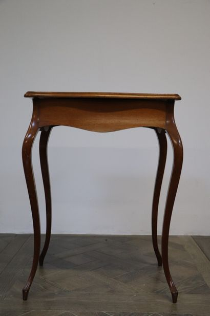Table à ouvrages en marqueterie de bois de placage, le plateau à décor de rinceaux...