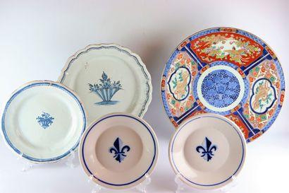 Ensemble de faïences et porcelaines comprenant...