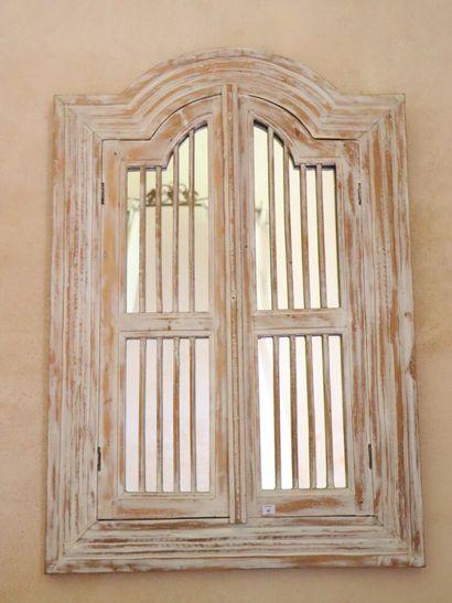 Miroir en bois cérusé simulant une fenêtre....