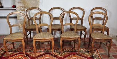 Suite de huit chaises cannées à dossier cintré...