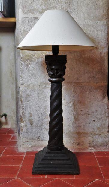 Pied de lampe en bois sculpté figurant une...