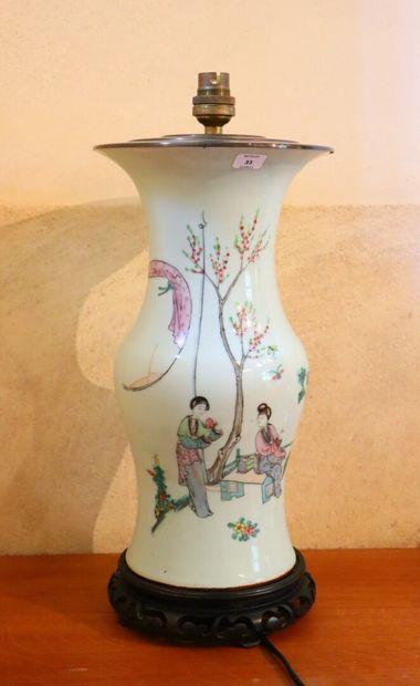 CHINE.  Vase en porcelaine à décor polychrome...