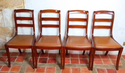 Suite de quatre chaises en bois teinté de...