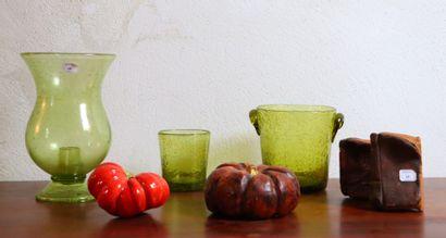 Lot comprenant deux photophores et un vase...