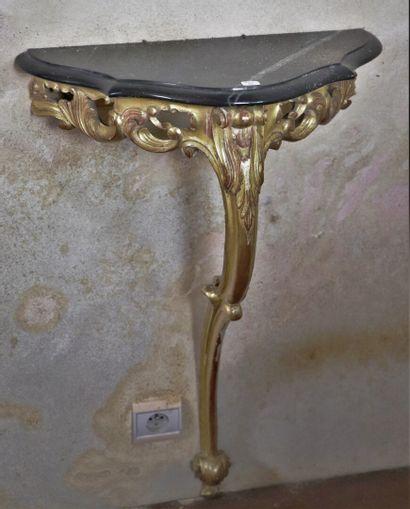 Console en bois doré et plateau de marbre...