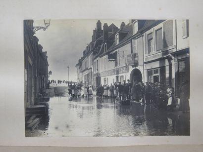 La crue à la Charité-sur-Loire, en septembre 1907.  Trois photographies contrecollées...