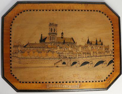 Paire de panneaux en bois pyrogravé figurant Nevers, la Loire pour l'un et Nevers,...