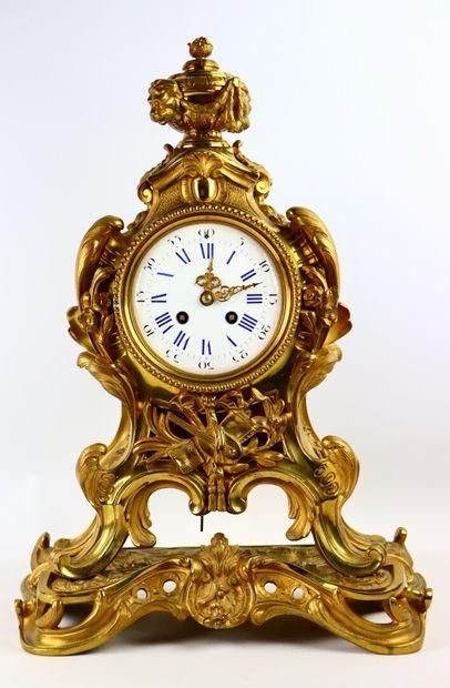 Pendule à en bronze doré à décor d'enroulements...