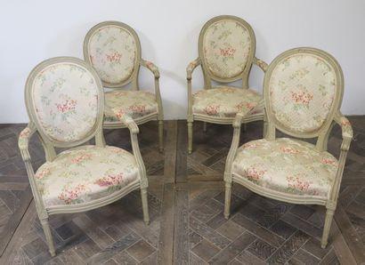Suite de quatre fauteuils cabriolets en bois...