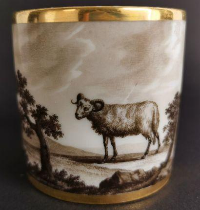 PARIS, manufacture de Dagoty.  Tasse et sa sous-tasse en porcelaine à décor à l'imitation...