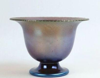 TIFFANY Studio, attribué à.  Coupe sur piédouche en verre irrisé.  H_10,5 cm L_15...