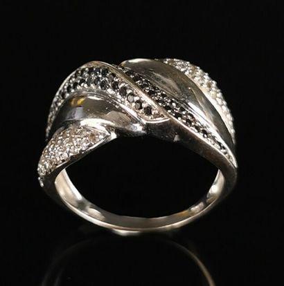 Bague en or blanc ornée de diamants blancs...