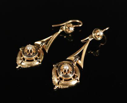 Paire de boucles d'oreille (pendant) en or...