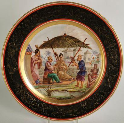 PARIS.  Assiette en porcelaine à décor polychrome...