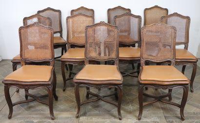 Suite de onze chaises en hêtre mouluré et...