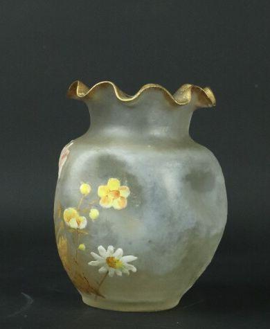 MONTJOYE-SAINT DENIS.  Vase à panse renflée et col chantourné en verre à décor émaillé...