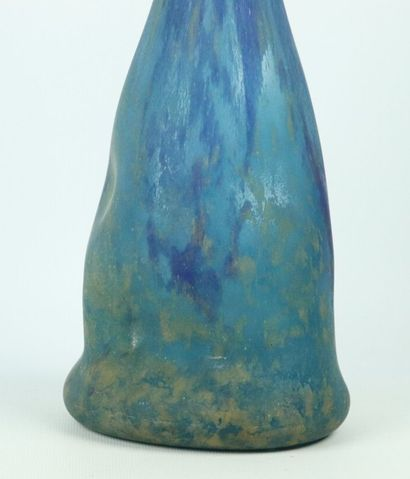 DAUM Nancy.  Haut vase à soliflore à panse renflée en verre marmoréen bleu.  Signé...