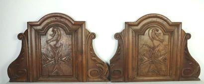 Paire de grands panneaux en bois sculpté...