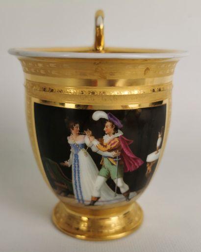 PARIS.  Tasse ovoïde et sa sous-tasse en porcelaine, à fond or, à décor polychrome...
