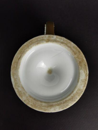 PARIS.  Grande tasse et sa sous-tasse en porcelaine à riche décor en camaïeu gris...