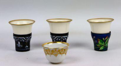 Réunion de trois tasses en porcelaine blanche...