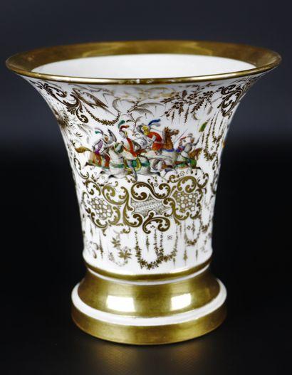 PARIS.  Vase de forme cornet en porcelaine,...