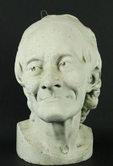 Buste d'applique de Voltaire en plâtre sculpté....