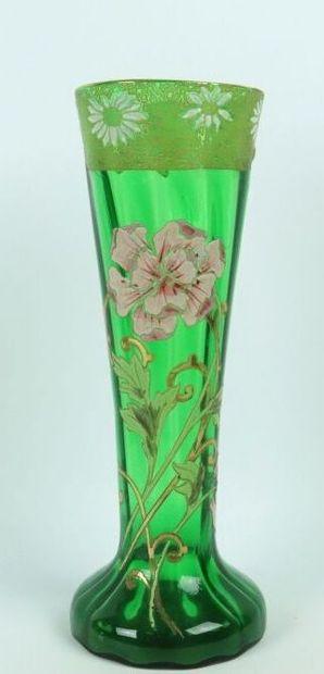 LEGRAS-MONTJOYE.  Paire de vases en verre vert émaillé de fleurs.  Vers 1900.  H_30,3...