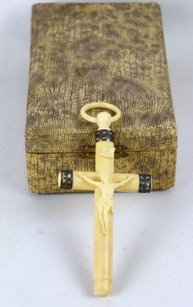 Croix de berceau en ivoire et incrustation...