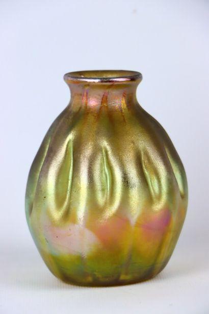 Louis Comfort TIFFANY (1848-1933).  Vase à col resséré en verre irisé. La pense...
