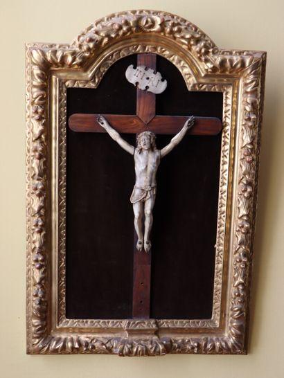 Christ en ivoire sculpté.  H_25 cm L_16 cm....