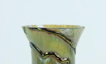 LOETZ.  Vase en verre irrisé à décor de lignes superposées.  Non signé.  H_18,8...