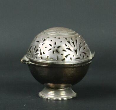 Boule à savon sur piédouche en métal argenté....