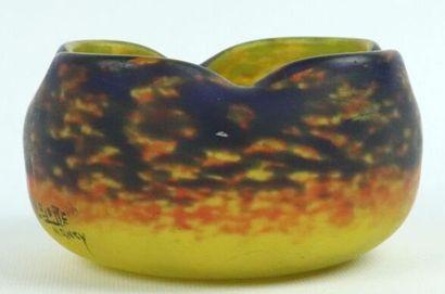 DELATTE à Nancy.  Coupe polylobée en verre marmoréen.  Signée.  H_7 cm L_12,5 c...
