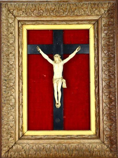 Christ en ivoire sculpté, sur une croix en...