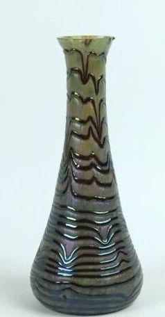 LOETZ.  Vase en verre irrisé à décor de lignes...