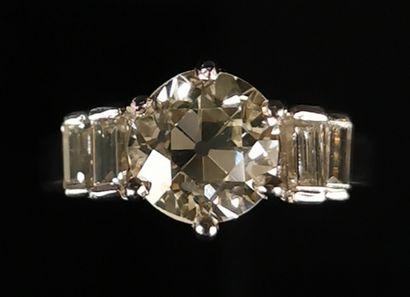 Bague en platine ornée d'un diamant taille...