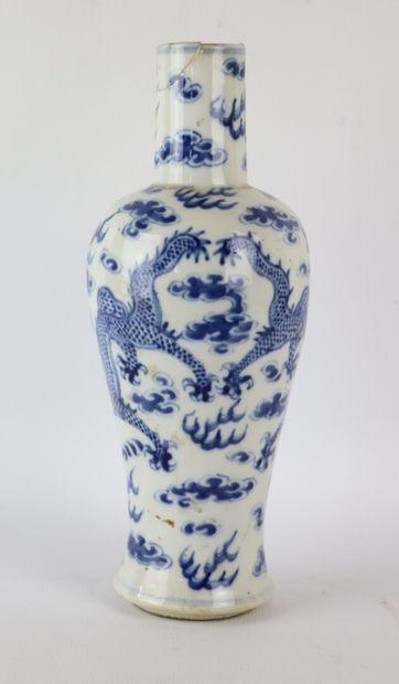 CHINE.  Vase en porcelaine à décor en camaïeu...