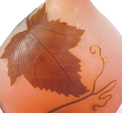 Etablissements GALLE.  Vase bouteille en verre multicouche à décor de baies et feuillages,...