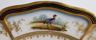 PARIS, attribué à la manufacture de Feuillet, ou Boyer, successeur.  Assiette en...