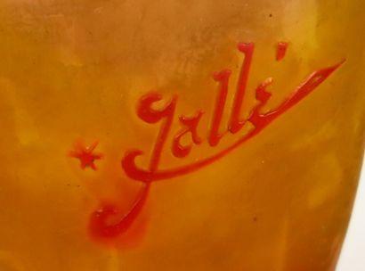 Etablissement GALLE.  Vase de forme bouteille en verre muticouches à décor de groseilles...