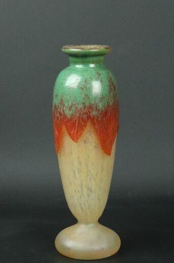CHARDER - LE VERRE FRANCAIS.  Vase sur piédouche en verre multicouches dégagé à...