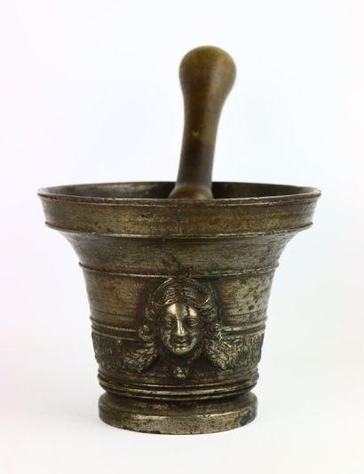 Mortier en bronze à décor de masques en appliques...