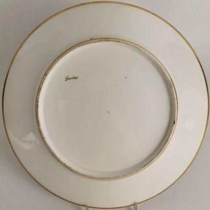 PARIS, manufacture de Feuillet.  Assiette en porcelaine à décor polychrome de noix...