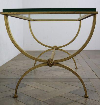Table basse en fer doré à piétement en X...