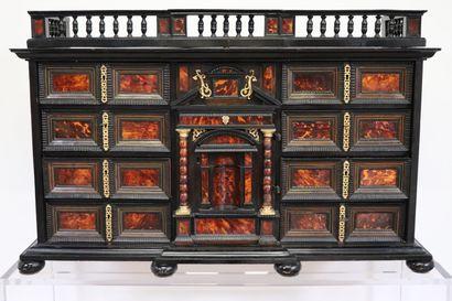 Cabinet en ébène, écaille rouge et ornementation...